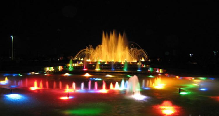 【四川】水池下利用七彩喷泉灯 灯光效果舞动人生
